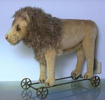 Steiff 400445 MOHAIR LION ON WHEELS REPLICA 1909